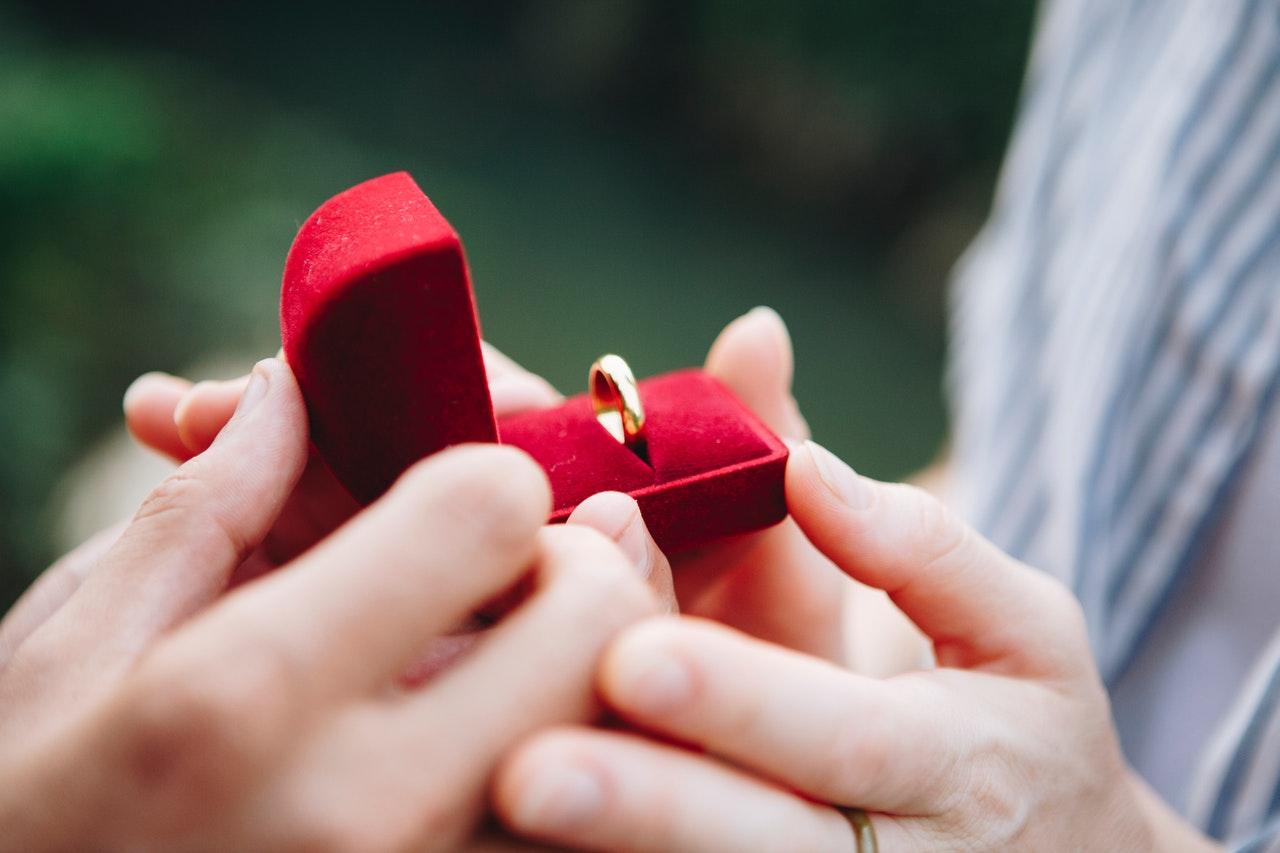 Cincin Tunangan Pasangan